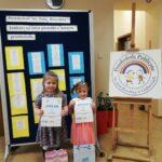 dziewczynki z dyplomem i nagrodami