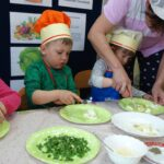 kucharka pomaga rozgniatać jajko