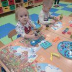 przedszkolaki podczas zabaw plasteliną