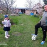 dziecko z tatą i piłką