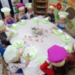 wszystkie dzieci przy stole
