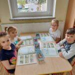dzieci z puzzlami