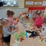 dzieci przy ławce z puzzlami