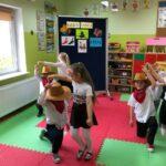 Chłopcy i dziewczynki tańczą country w parach