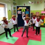 Chłopcy tańczą country