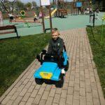 Chłopiec jedzie autem