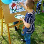 Chłopiec maluje Wiosenny pejzaż