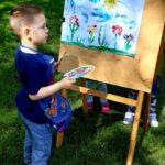 Chłopiec maluje na farbami