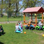 Dzieci bawią się na przedszkolnym placu zabaw, zabawy z wykorzystaniem nowych zabawek terenowych (10)