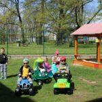 Dzieci bawią się na przedszkolnym placu zabaw, zabawy z wykorzystaniem nowych zabawek terenowych (11)