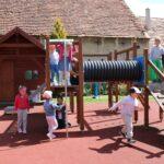 Dzieci bawią się na przedszkolnym placu zabaw, zabawy z wykorzystaniem nowych zabawek terenowych (13)