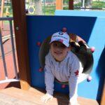 Dzieci bawią się na przedszkolnym placu zabaw, zabawy z wykorzystaniem nowych zabawek terenowych (14)