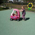 Dzieci bawią się na przedszkolnym placu zabaw, zabawy z wykorzystaniem nowych zabawek terenowych (2)