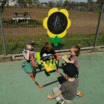 Dzieci bawią się na przedszkolnym placu zabaw, zabawy z wykorzystaniem nowych zabawek terenowych (4)