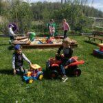 Dzieci bawią się na przedszkolnym placu zabaw, zabawy z wykorzystaniem nowych zabawek terenowych (44)