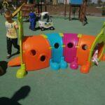 Dzieci bawią się na przedszkolnym placu zabaw, zabawy z wykorzystaniem nowych zabawek terenowych (6)