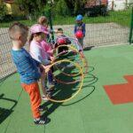 Dzieci bawią się na przedszkolnym placu zabaw, zabawy z wykorzystaniem nowych zabawek terenowych (7)