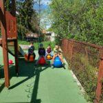 Dzieci bawią się na przedszkolnym placu zabaw, zabawy z wykorzystaniem nowych zabawek terenowych (8)
