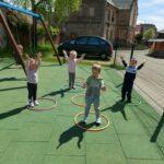 Dzieci bawią się na przedszkolnym placu zabaw, zabawy z wykorzystaniem nowych zabawek terenowych (9)