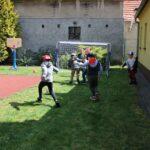 Dzieci grają w piłkę nożną