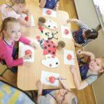 Dzieci lepią biedronki z masy solnej