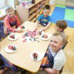 Dzieci lepia biedronki z masy solnej 2