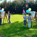 Dzieci malują farbami w parku