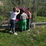 Dzieci malują kredą na tablicy