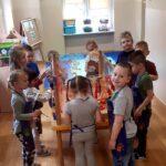Dzieci malują na folii spożywczej