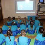 Dzieci oglądają film edukacyjny nt. autyzmu