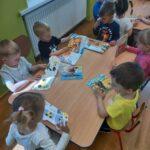 Dzieci oglądają książeczki
