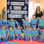 Dzieci przebrane za niebieskie motyle