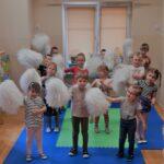 Dzieci tańczą z pomponami