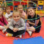 Dzieci w domku zbudowanym ze słomek konstrukcyjnych