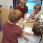 Dzieci wykonują czynności higieniczno - sanitarne