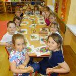Dzieci z grupy Biedronek z pracami plastycznymi wykonanymi plasteliną