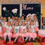 Dzieci z grupy Biedronek z prezentami dla mamy