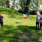 Dzieci z grupy Mrówki malują na świeżym powietrzu