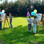 Dzieci z grupy Mrówki malują w parku