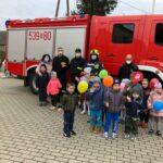 Dzieci z oddziału przedszkolengo w Kwielicach ze strażakami