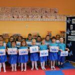 Dzieci z pracą plastyczną - niebieski motyl