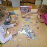 Dziecie układają puzzle