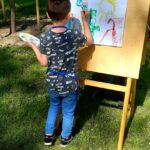 Dziecko maluje na sztaludze