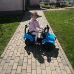 Dziewczynka jedzie autem