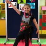 Dziewczynka tańczy taniec ludowy