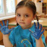 Dziewczynka z pomalowanymi dłońmi (1)