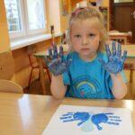 Dziewczynka z pomalowanymi dłońmi (2)