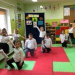 Dziewczynki i chłopcy tańczą tango