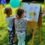 Dziewczynki malują Wiosenny obraz