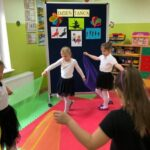 Dziewczynki tańczą w kole z chustkami